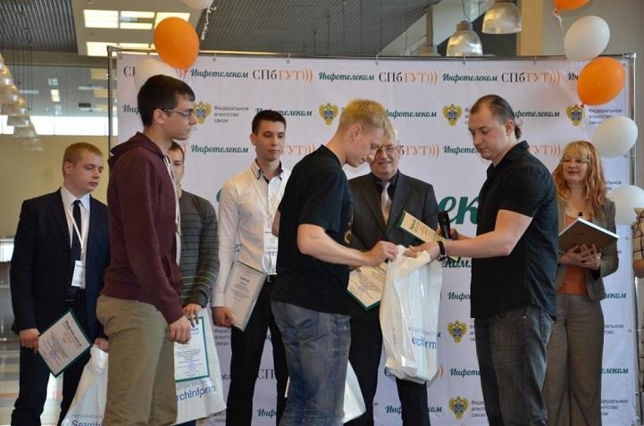 В подарок от компании SearchInform победители получили планшеты.